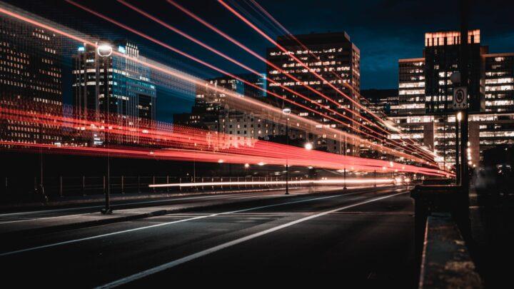 Fahrzeuglichter auf der Straße bei Nacht